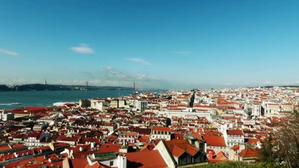 Lisabon Panorama. Lisabon je hlavním městem Portugalska. Je to nejzápadnější kontinentální hlavní město Evropy. Lisabon leží na západním Pyrenejském poloostrově na Atlantském oceánu a řece Tagus.