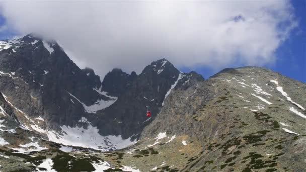 Časová prodleva: výtah na Lomnickovi ve Vysokých Tatrách. Tatra Mountains, Tatry nebo Tatra, jsou horské pásmo, které tvoří přirozenou hranici mezi Slovenskem a Polskem.