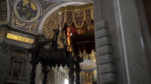 rom, italien - 24. januar 2015: die päpstliche basilika des heiligen peter im vatikan, oder einfach St. peters basilika, ist eine italienische renaissance-kirche in vatican city, der päpstlichen enklave innerhalb der stadt rom.