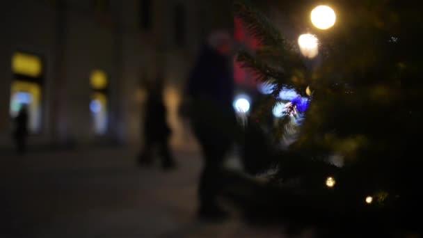 Vánoční strom na pozadí zimní městské ulice