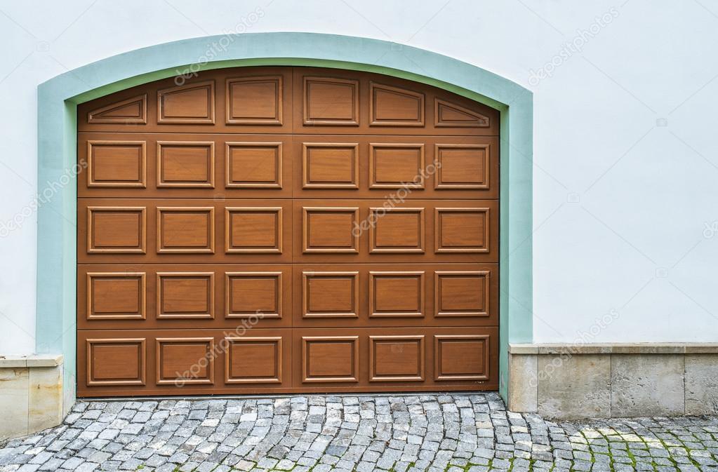 Garagentor holz modern  Holz Garagentore — Stockfoto © BestPhotoStudio #64425435