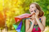 Fotografie Portrait junge charmante kurzhaarige Frau einkaufen
