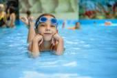 Malá holčička v bazénu
