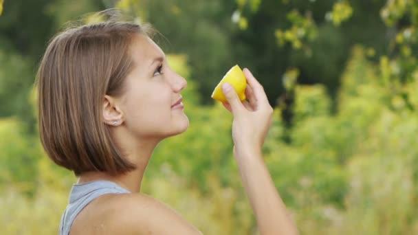 krásná mladá žena hospodářství citron