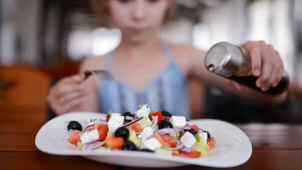 Dívky vylévající omáčka Řecký salát