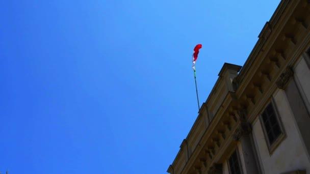 Bandiera italiana sul Palazzo reale di Milano