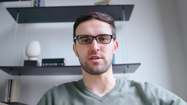 Junger Mann spricht über Webcam-Videoanruf im Büro, Zeitlupe-Video