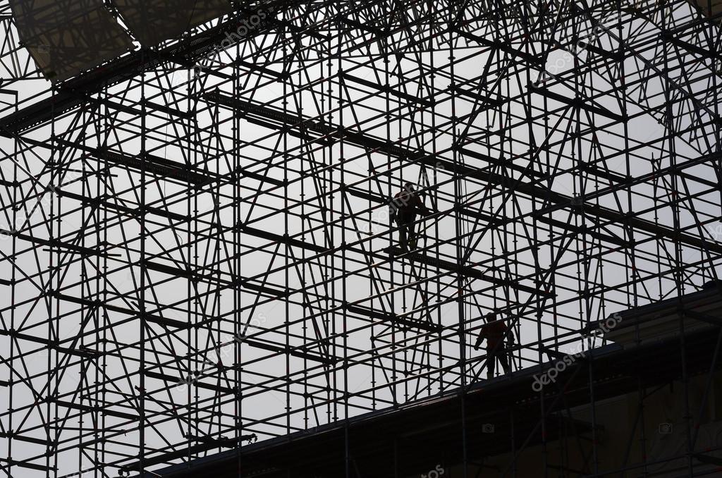 trabajadores montar la estructura de metal Foto de stock