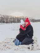 mladý šťastný usmívající se pár v lásce.