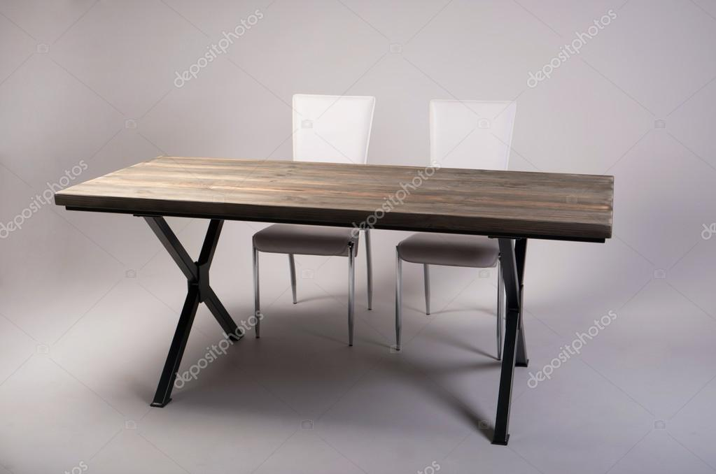 Moderne houten tafel studio opname op witte achtergrond