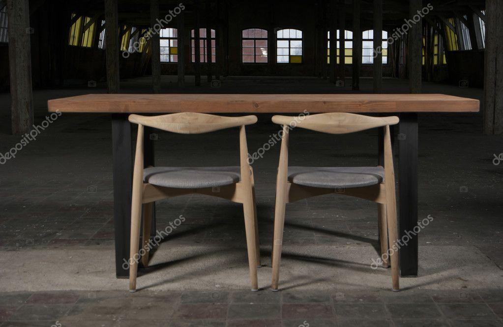 Moderne houten tafel in de loft interieur u stockfoto dimmushka