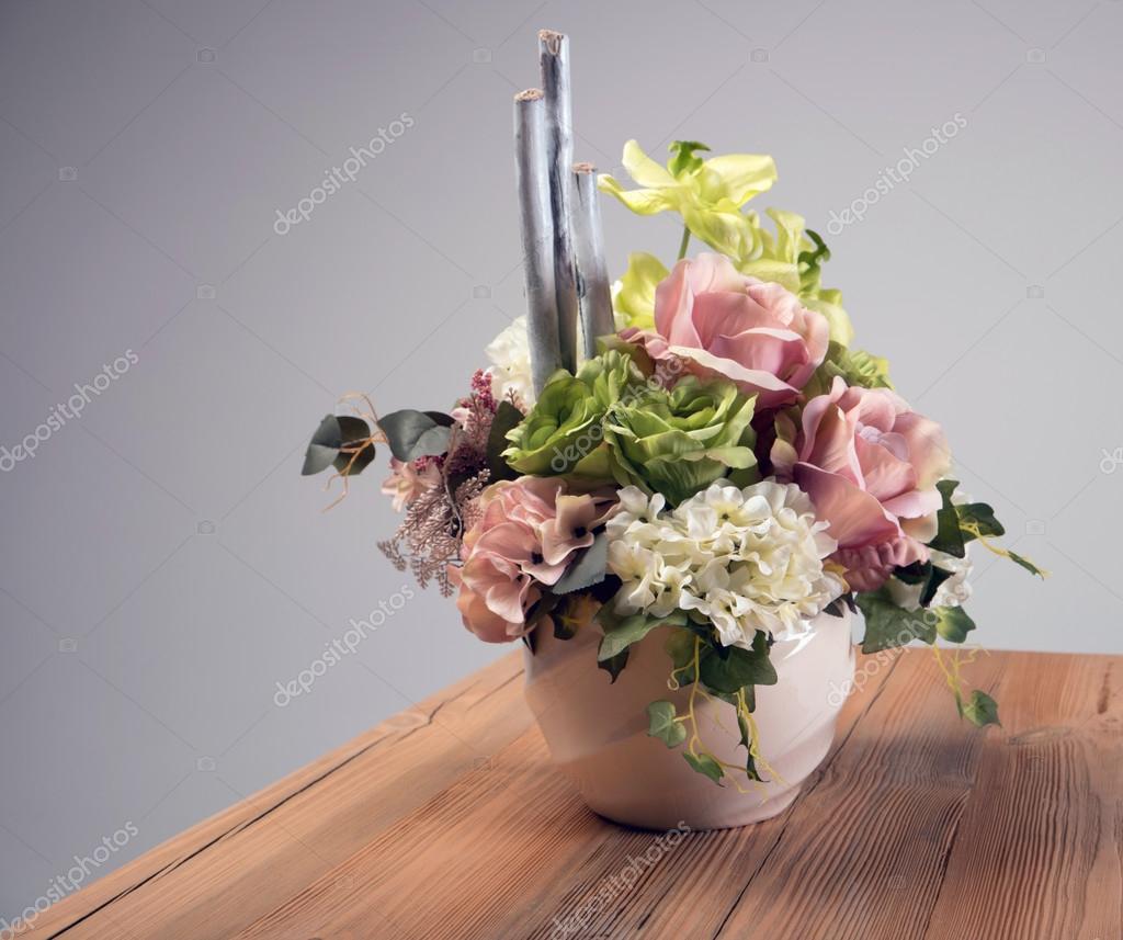 Kunstliche Blumen Blumenstrauss In Der Vase Auf Dem Tisch Stockfoto