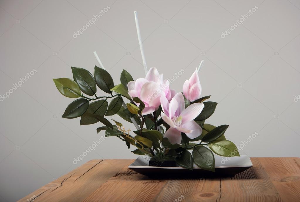 Bukiet Sztuczne Kwiaty W Wazonie Na Stole Zdjęcie Stockowe