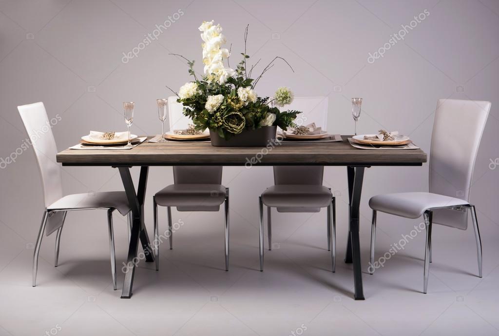 Houten tafel instelling en decoratie voor maaltijd tijd studio