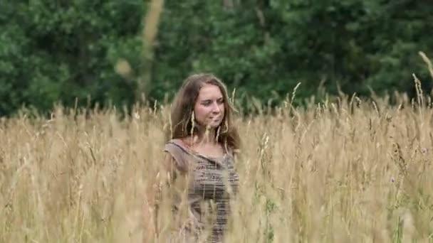 schön und schöne Mädchen nackt im Gras stehen — Stockfoto