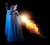 Fotografie Mladá elfí dívka s ohněm, samostatný