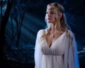 Elfí dívka v lese v noci