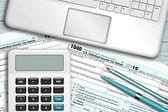 Kalkulačka s daňový formulář 1040 ležící na dřevěný stůl