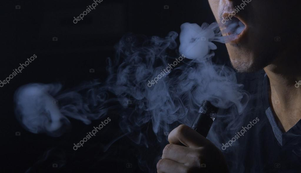 Imágenes Anillos De Humo Hombre Fumando Cigarrillo