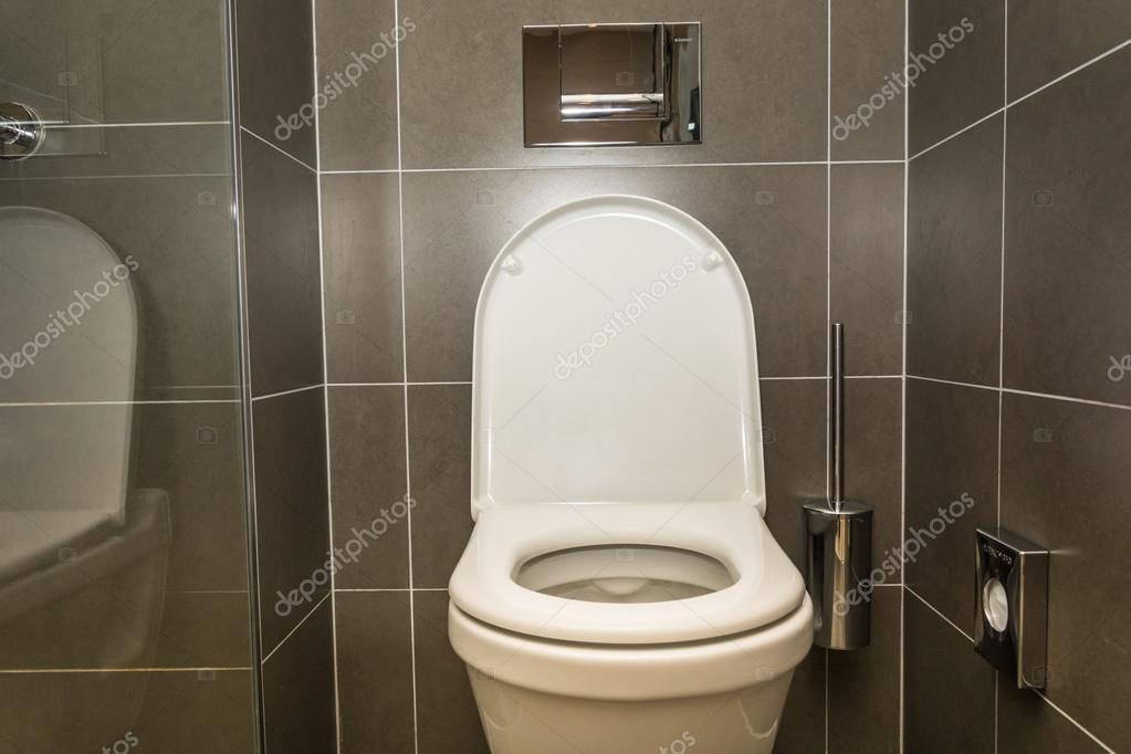 Interieur van de kamer wc in de badkamer u stockfoto