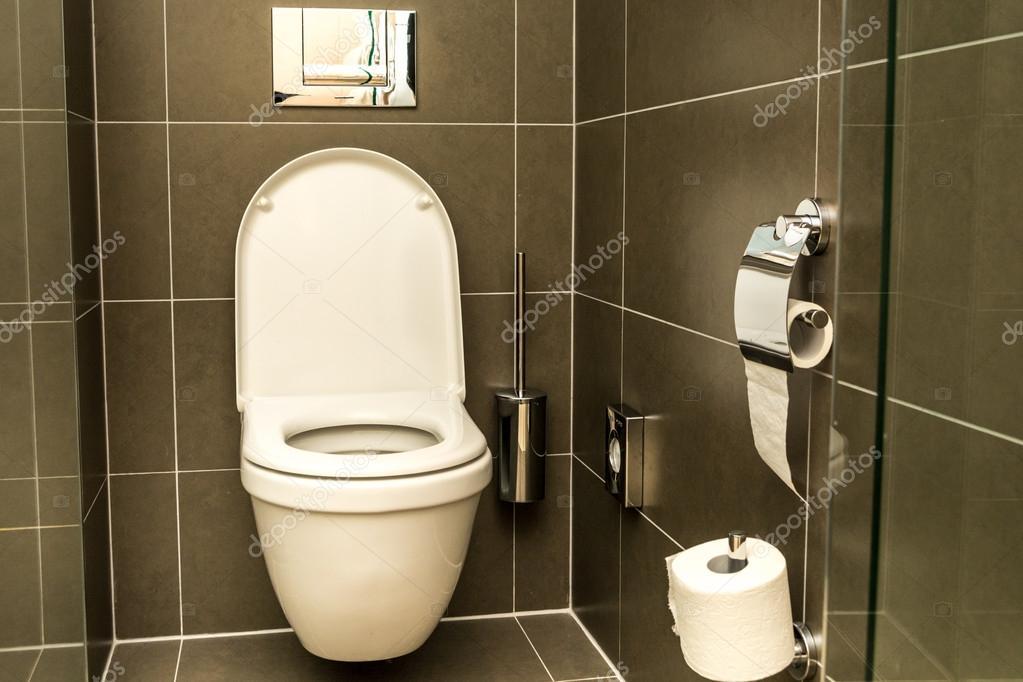 interieur van de kamer wc in de badkamer stockfoto
