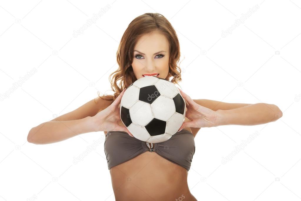 3e1bbc016 Femme en soutien-gorge de natation avec ballon de foot ...