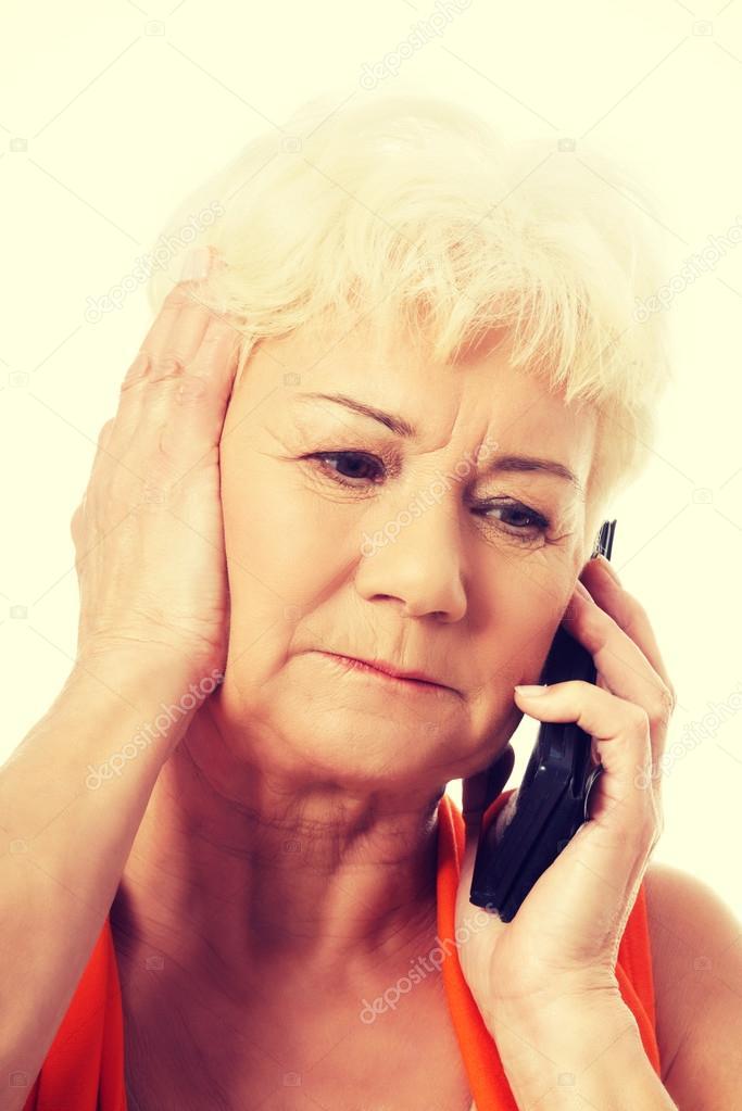 alte Dame am Telefon sprechen