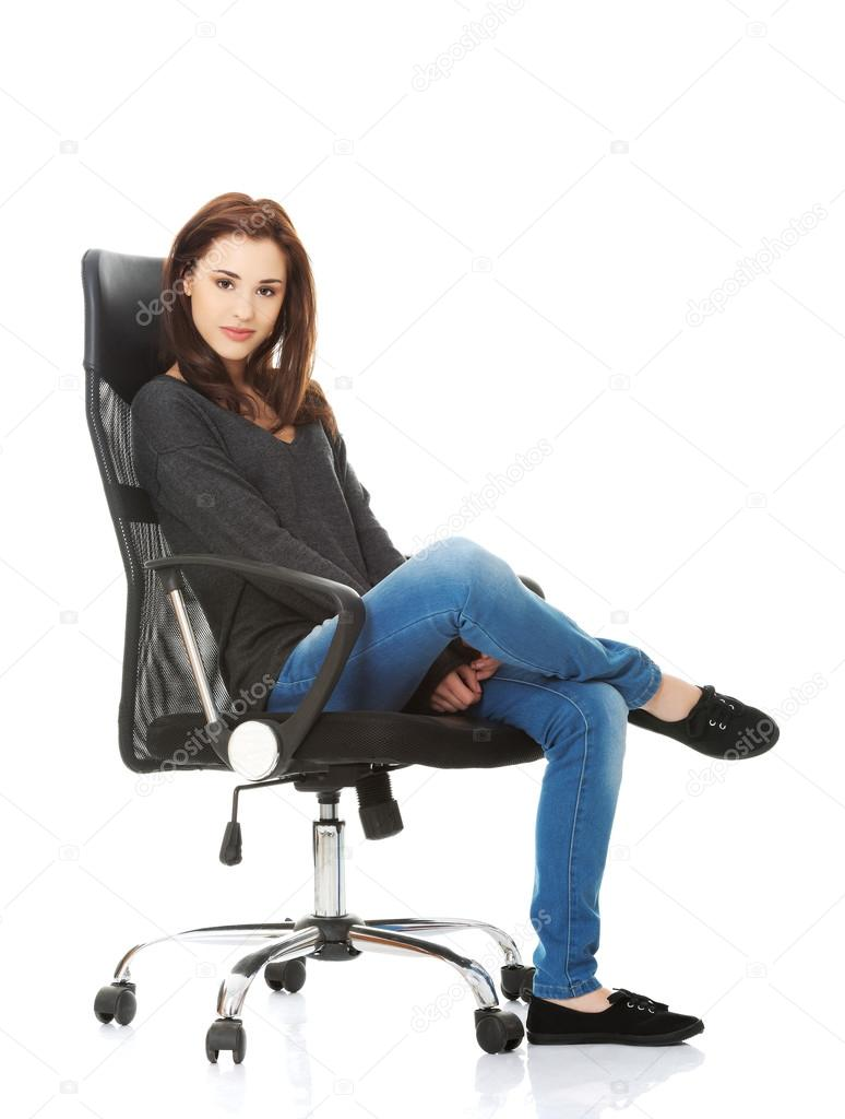 Mujer joven estudiante feliz sentada en una silla de ruedas — Foto de Stock c6a15c65b7b3