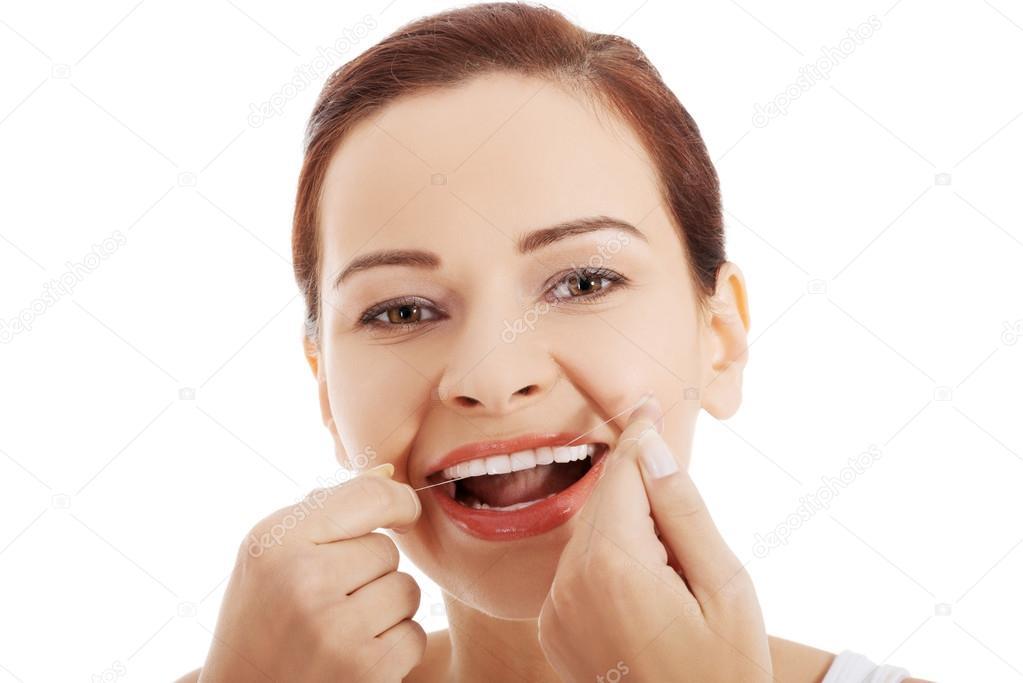 4ee583ff8 Mulher de limpeza dos dentes com fio dental — Fotografia de Stock