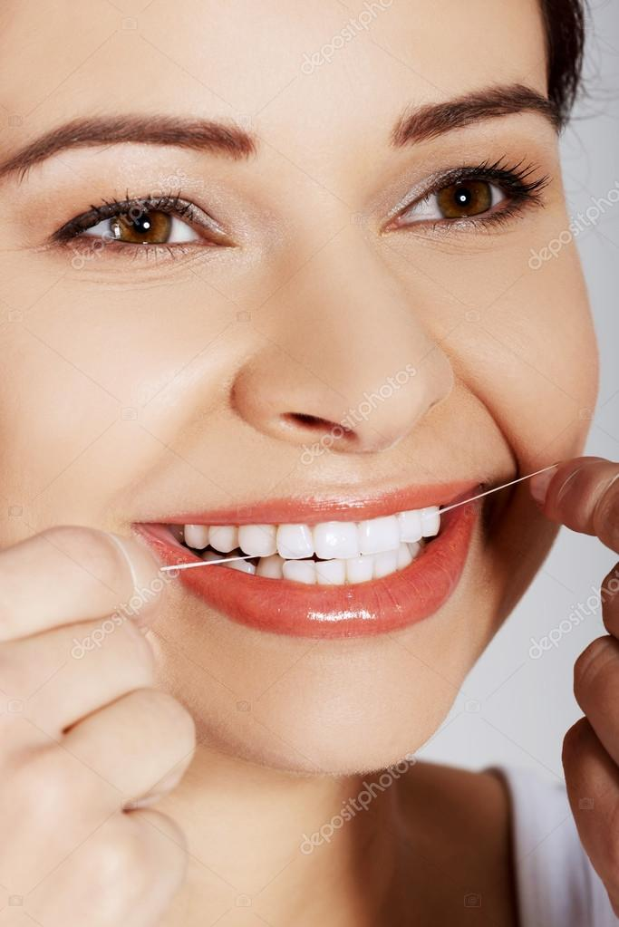 8ecc749cc Retrato de mulher de limpeza dos dentes com fio dental — Fotografia de Stock