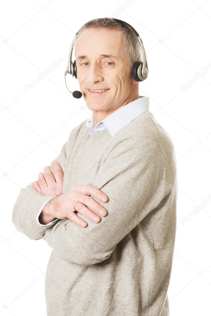 34b3a3b2e53 Velha chama auricular desgastando do centro homem — Fotografia de Stock