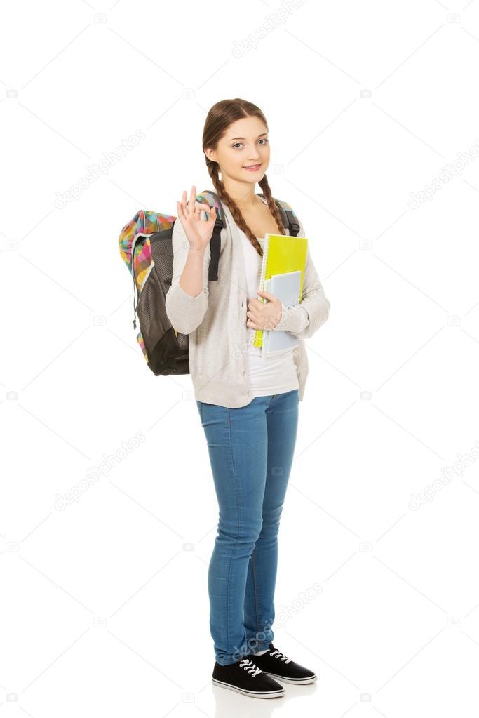 ragazza adolescente con lo zaino di scuola — Foto Stock ... c3c51d904ebb