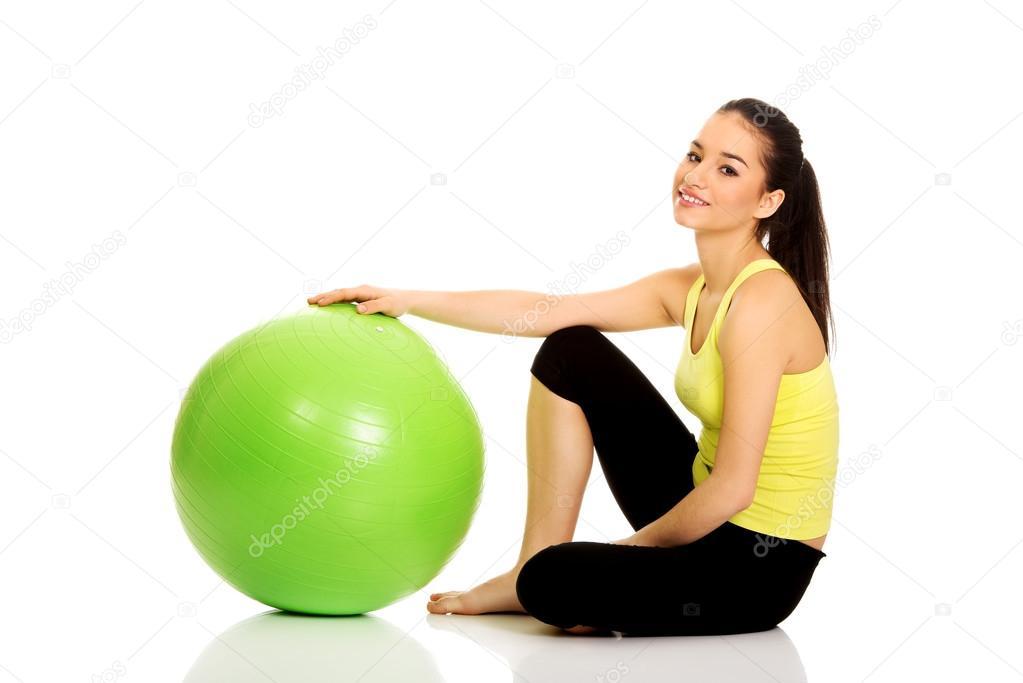 mujer joven haciendo ejercicios con pelota pilates — Foto de stock ... cf04e0dc0acd