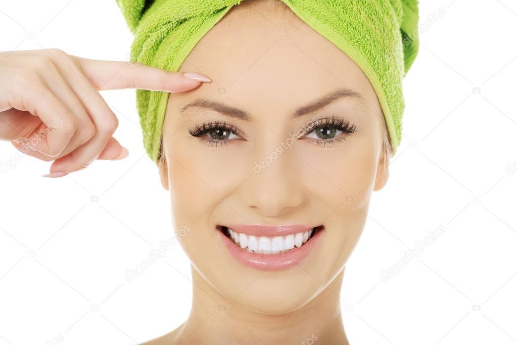 Mujer de belleza con toalla de turbante. - Fotos de Stock ©