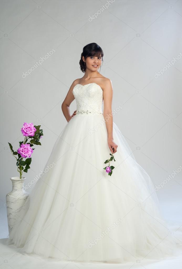 junge schöne Mädchen in ein Hochzeitskleid — Stockfoto © ejeune ...