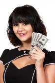 žena drží 100 dolarové bankovky
