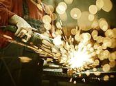 Fotografie Arbeitnehmer schneiden Eisen mit Profiwerkzeug