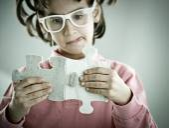 Kid spojující jigsaw puzzle