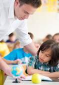 Učitel s dětmi