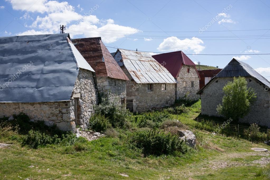 Case In Pietra Di Montagna : Vecchie case di pietra del tetto fotografia stock immagine di