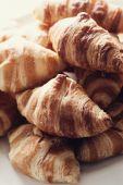Vynikající croissanty na stole