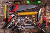 Fotografia strumenti impostata sul tavolo di legno