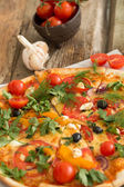 Fotografia Pizza deliziosa e aglio con il pomodoro