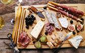 Výborné jídlo na dřevěné desce