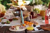 Stůl plný jídla