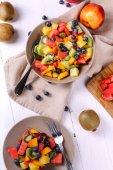 Fotografia insalata di frutta sul tavolo