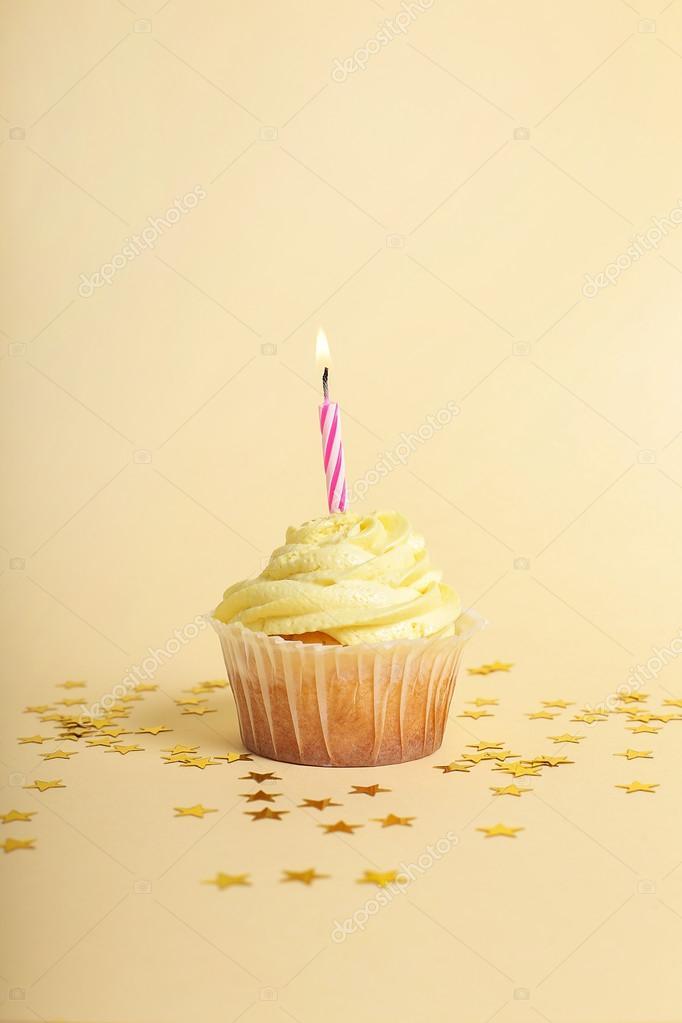 bizcocho de cumpleaños con vela — Foto de stock © yekophotostudio ...