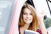 žena s klíč od auta