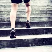 Běžec běží na schodech sportovní výcvik