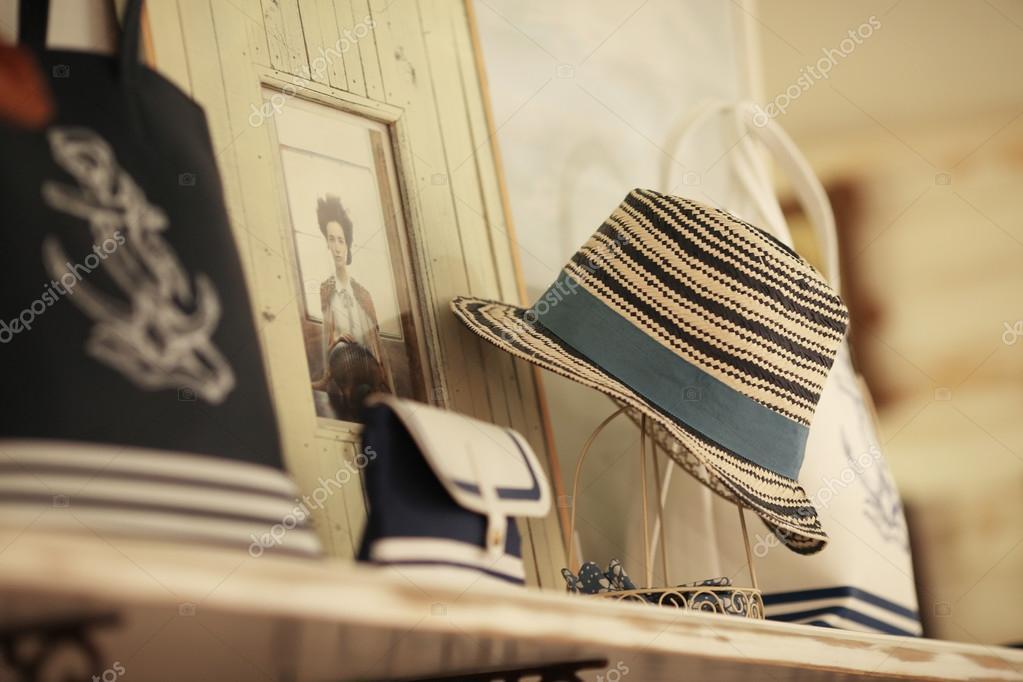 Sombrero de Panamá a la venta en un puesto en el mercado — Foto de Forewer a43cd107ae3